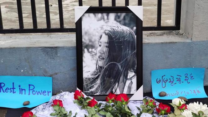 Des fleurs et des messages ont été déposés, samed 20 février àMyitkyina (nord de la Birmanie), près de la photo de Mya Thwate Thwate Khaing pour rendre hommage à la jeune fille de 20 ans, tuée par balle le 9 février, lors d'une manifestation contre le coup d'Etat militaire.