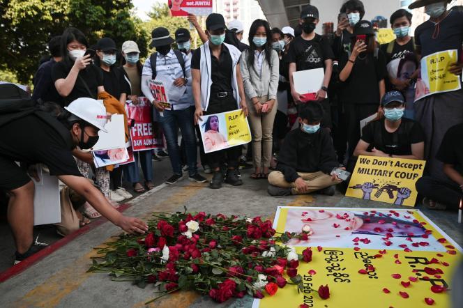 Des manifestants rendent hommage à Mya Thwate Thwate Khaing, une manifestant de 20 ans qui a succombé vendredi d'une balle reçue dans la tête, à Rangoun, samedi 20 février 2021.