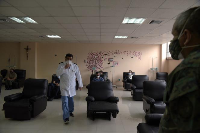 Des agents de santé attendent d'être vaccinés contre le Covid-19, à l'hôpital militaire FFAA, à Quito, le 21 janvier.