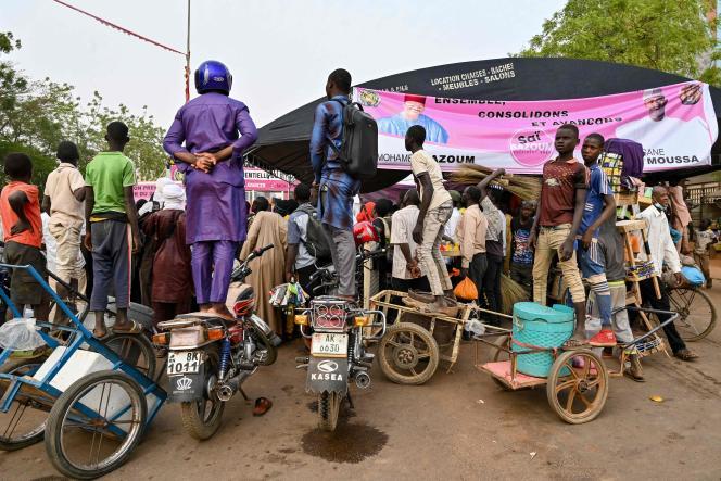 Des partisans de Mohamed Bazoum, candidat à l'élection présidentielledu Niger,à Niamey,le 18 février.