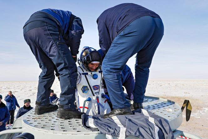 L'astronaute italien de l'Agence spatiale européenne, Luca Parmitano, sortant de la capsule Soyouz MS-13,au Kazakhstan, le 6 février 2020.