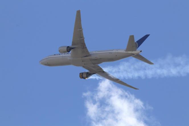 Le volUA328 retournant en urgence à Denver (Colorado), après que le réacteur droit du Boeing 777 a pris feu,le 20février.