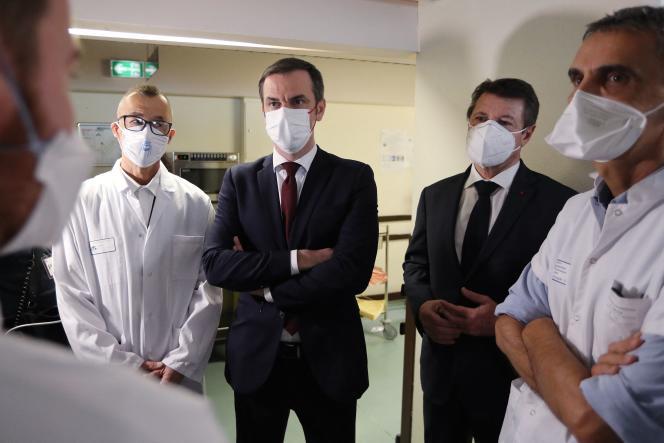 Le ministre de la santé, Olivier Véran, le maire de Nice, Christian Estrosi, et le professeur Michel Carles à l'hôpital de Nice, le 20 février 2021.