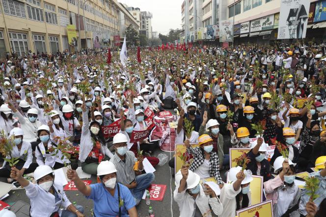 Des étudiants de l'université de médecine manifestent contre le coup d'Etat du1erfévrier en Birmanie, à Mandalay, le 21 février 2021, au lendemain des violences les plus meurtrières depuis la prise du pouvoir par l'armée.