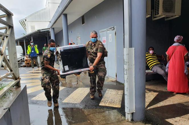 Une équipe militaire livre en urgence du matériel médical à l'hôpital de Mayotte, le 8 février. Image fournie par l'état-major des armées.