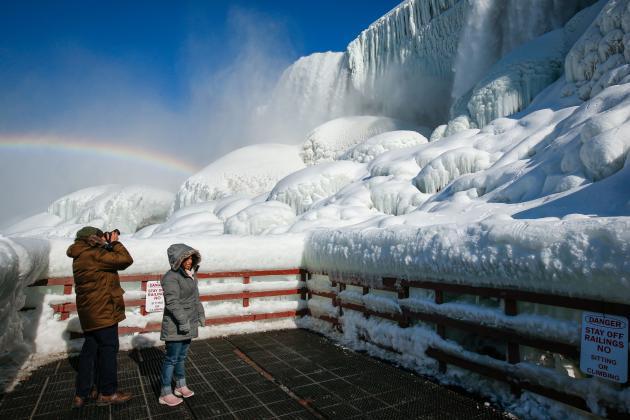 Des visiteurs aux Chutes américaines du Niagara, aux Etats-Unis, le 21 février 2021.