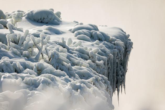 21 de febrero de 2021, borde helado de Horsepower Falls (o Canadian Falls) en Niágara, EE. UU.