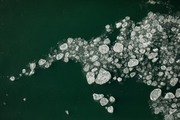 El 21 de febrero de 2021, cae nieve en las Cataratas del Niágara debajo de las cataratas.
