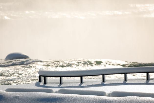 Les aménagements touristiques sont recouverts de neige et de glace aux chutes du Niagara, aux Etats-Unis, le 21 février 2021.