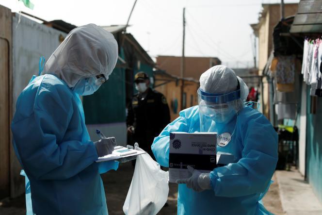 Des agents de santé à Cantagallo, au Chili, le 19 février, lors de la campagne de vaccination du Covid-19.