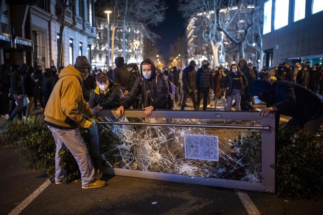 Οι διαδηλωτές φράχτηκαν κατά τη διάρκεια συγκρούσεων με την αστυνομία, κατά τη διάρκεια διαδήλωσης στη Βαρκελώνη στις 16 Φεβρουαρίου 2021, μετά τη σύλληψη του ράπερ Πάμπλο Χάσελ.