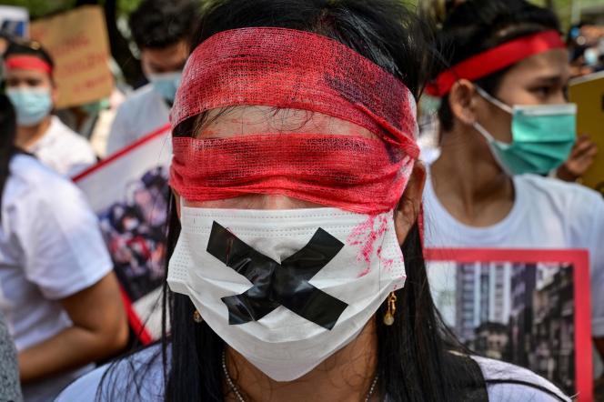 Un manifestant birman expatrié en Thaïlande proteste contre le coup d'Etat, le 22 février.