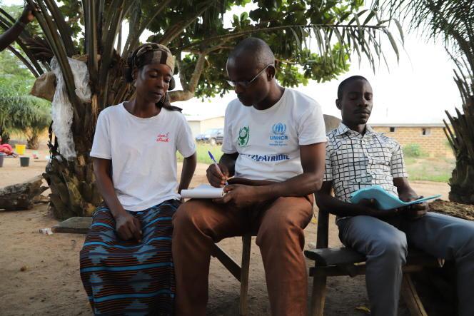 Au village de Koreyo, dans l'ouest du pays, Léon Rabé explique à Chantal Lekpa, une personne née en Côte d'Ivoire dite« à risque d'apatridie», les démarches administratives à suivre pour qu'elle puisse enfin obtenir ses papiers, en février 2021.