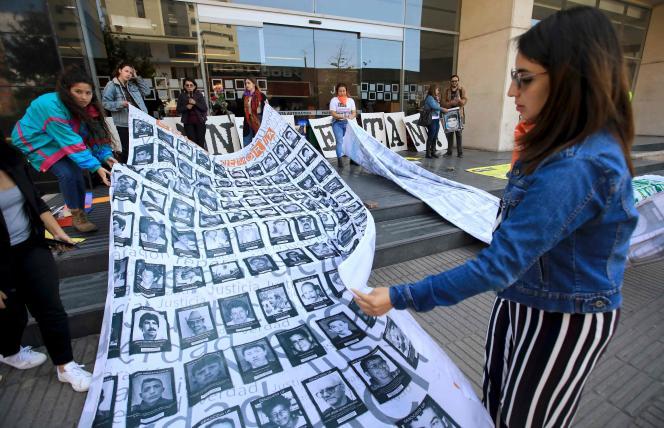 Des manifestants dénoncent l'assassinat de civils par l'armée colombienne entre 2002 et 2008, devant le tribunal pour la paix à Bogota, en février 2020.