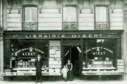 La première librairie Gibert, en 1908, quai Saint-Michel à Paris, avec le fils cadet, Régis, entre une tante et un employé.