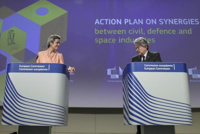 Margrethe Vestager, vice-présidente de la Commission européenne, et Thierry Breton, commissaire européen chargé du marché intérieur, présentent le plan d'action de l'UE sur les synergies entre les industries civile, spatiale et de défense, lors d'une conférence de presse à Bruxelles, le 22 février 2021.