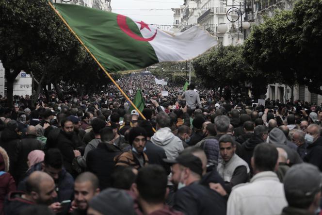 Manifestation à Alger, le lundi 22 février 2021. Des milliers de manifestants marquant le deuxième anniversaire du mouvement pro-démocratie algérien sont descendus dans les rues lundi dans la capitale algérienne où un mur des forces de sécurité est organisé pour laisser passer les marcheurs.