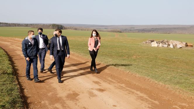 Le président Emmanuel Macron (au centre), accompagné du ministre de l'agriculture, Julien Denormandie (derrière), à Etaules (Côte-d'Or), le 23 février 2021.