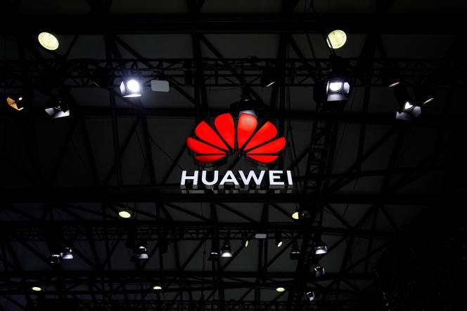 Le logo de Huawei, à Shanghaï, en Chine, le 23 février.