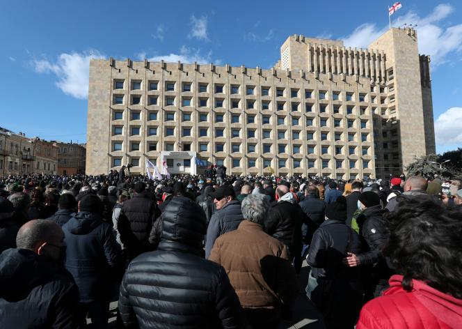 Des milliers de manifestants se sont réunis mardi 23 février devant le siège du Parlement géorgien, à Tbilissi, pour protester contre l'arrestation deNika Melia.