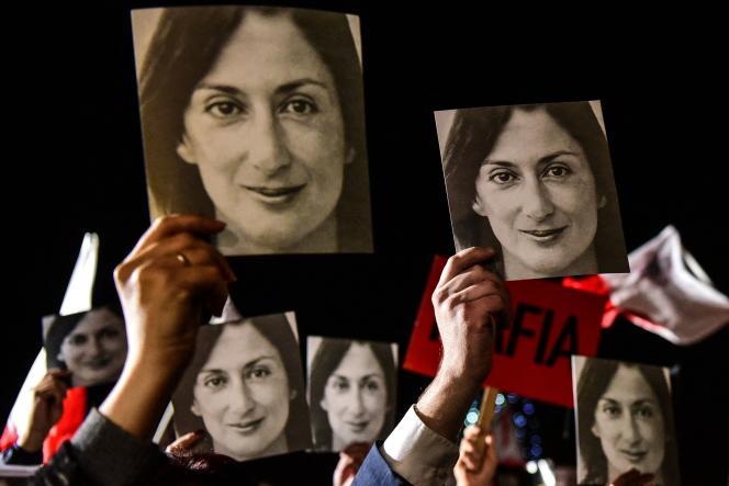 Le 29 novembre 2019, des personnes manifestaient contre le gouvernement maltais, brandissant des photos de la journaliste Daphne Caruana Galizia, devant le bureau du premier ministre à LaValette, la capitale deMalte.