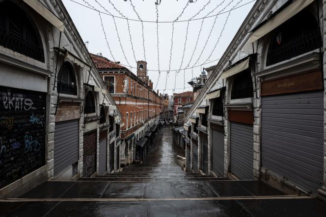Sur le pont du Rialto à Venise, les boutiques restent fermées, le 7 février.