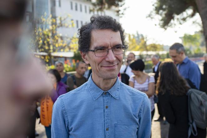 L'universitaire Tuna Altinel, durant une manifestation de soutiendevant le palais de justice de Balikesir, en Turquie, le 19 novembre 2019, le jour de sa deuxième audience.