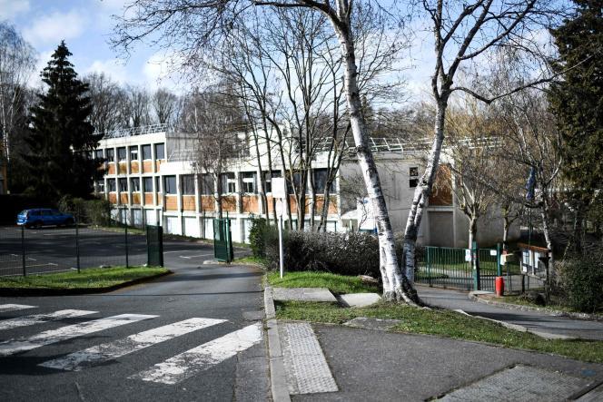L'entrée du collège du Pont-de-Bois, à Saint-Chéron, dans l'Essonne, où une adolescente a été poignardée à mort la veille lors d'une bagarre entre deux bandes rivales, le 23 février.