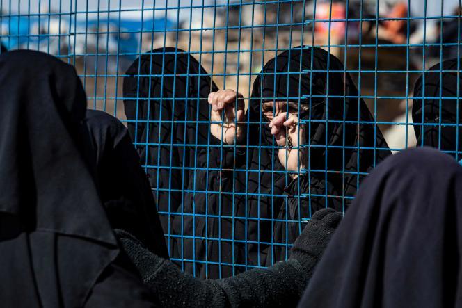 Des femmes attendent leur départ, au camp d'Al-Hol (nord-est de la Syrie), le 20 février.