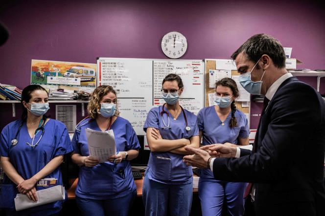 Visite du ministre de la santé, Olivier Véran, à l'hôpital de Villefranche-sur-Saône (Rhône), le 22 février.