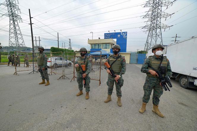 Des membres de la force maritime équatorienne gardent le centre de privation de liberté de la zone 8 à Guayaquil, en Equateur, le 23 février 2021.