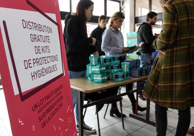 Distribution gratuite de produits hygiéniques sur le campus de l'université de Lille à Villeneuve-d'Ascq (Nord), en janvier 2019.