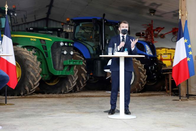 Le président Emmanuel Macron (au centre) en visite dans une ferme à Etaules (Côte-d'Or), le 23 février 2021.