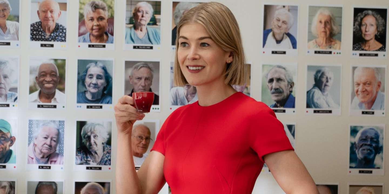 « I Care a Lot » sur Netflix : arnaques et vieilles dentelles à l'Ehpad - Le Monde