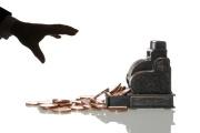 «Chaque année en France, deux cents entreprises sont ainsi rachetées par des financiers qui les accablent de lourdes dettes pour les payer.»