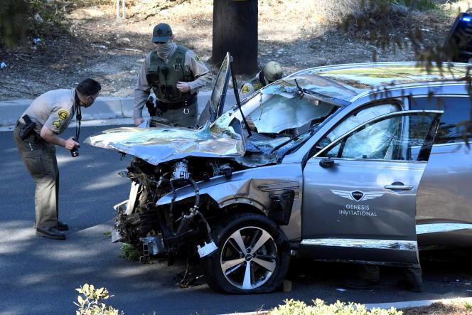 Le véhicule de Tiger Woods inspecté par la police de Los Angeles, mardi 23 février.