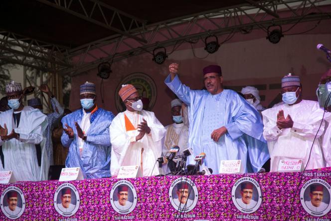 Mohamed Bazoum saluant ses partisans après l'annonce de sa victoire à l'élection présidentielle, à Niamey, le 23 février.