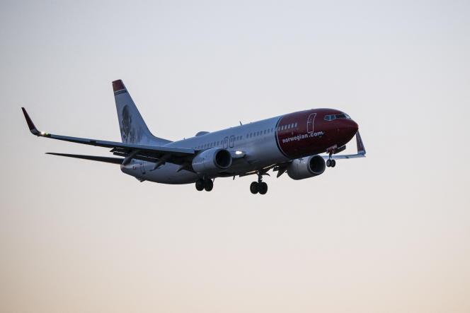 Un avion de la compagnie Norwegian s'apprête à atterrir à l'aéroport d'Arlanda, près de Stockholm, le 16 mars 2020.
