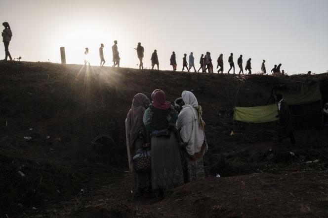 Des personnes fuient les violences dans la zone de Metekel, dans l'ouest de l'Ethiopie, le 28 janvier 2021.