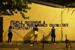 Des militantes féministes lors d'une opération de collage à Paris, en juillet2020.
