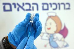 Préparation d'un vaccin au Maccabi Healthcare Services de Tel Aviv.