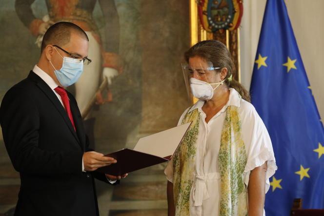L'ambassadrice de l'Union européenne au Venezuela, Isabel Brilhante Pedrosa, reçoit une lettre «persona non grata» du ministre des affaires étrangères vénézuélien, Jorge Arreaza, dans son bureau de Caracas, mercredi24 février2021.