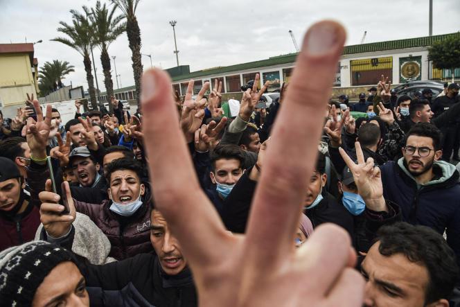 Des étudiants manifestent dans le centre d'Alger, le 23 février 2021.