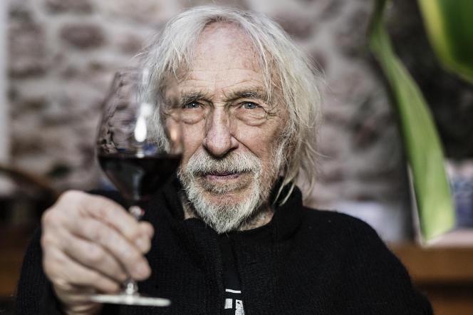 Le comédien Pierre Richard avec un verre d'un de ses vins des Corbières, chez lui à Paris, le 19 février 2021.