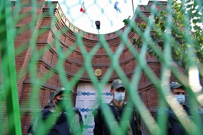 Des forces de l'ordre iraniennes devant l'ambassade française à Téhéran, le 28 octobre 2020.
