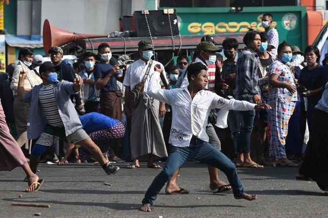 Un manifestant pro-armée s'en prend à des habitants de Rangoun qui les huaient, jeudi 25 février.