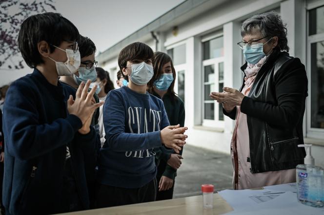 Dans une école d'Eysines (Gironde), des élèves s'apprêtent à faire un test salivaire.