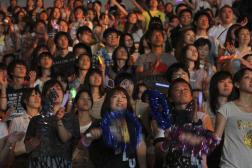 Lors d'un concert live de K-Pop, en 2011, organiser poursoutenir les habitants frappés par le tsunami.