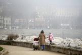 Une femme et son enfant se promènent dans un brouillard de pollution, à Ajaccio, le 25 février.