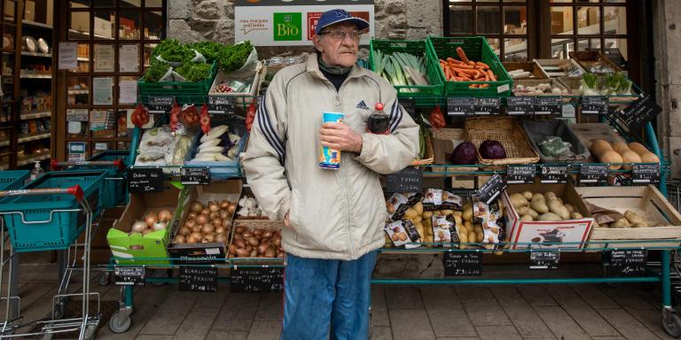 Alain est allé au Cocci Market ce samedi après-midi pour acheter un paquet de biscuits et une bouteille de Coca Cola. Certains clients viennent faire leurs courses plusieurs fois par jour pour ponctuer leur journée de rencontres et d'échanges. Meyrueis, le 6 février 2021